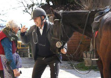 """Nelle Langhe il medico si sposta a cavallo: """"Faccio prima, e a volte la presenza di un animale aiuta i malati"""""""