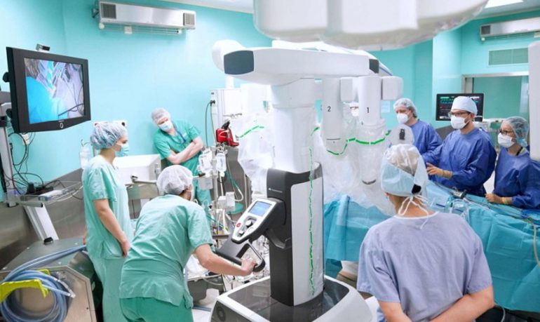 Torino, tumore al rene asportato a paziente sveglia con robot Da Vinci