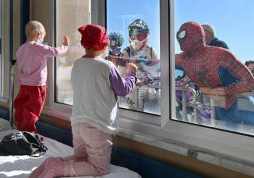 Il Covid-19 non ferma le sorprese per i piccoli pazienti: i supereroi   appaiono dalle finestre del Gaslini