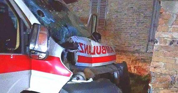 Ambulanza in urgenza si schianta contro muro: infermiere in gravissime condizioni