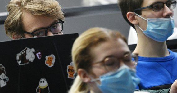 Coronavirus, in aumento la sindrome dell'occhio secco: colpa anche della mascherina