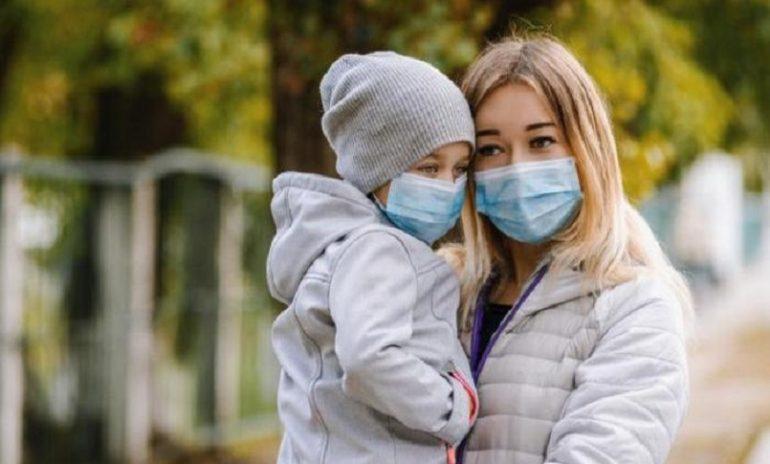 Coronavirus, sì alla mascherina chirurgica per i bambini dai 12 mesi in su