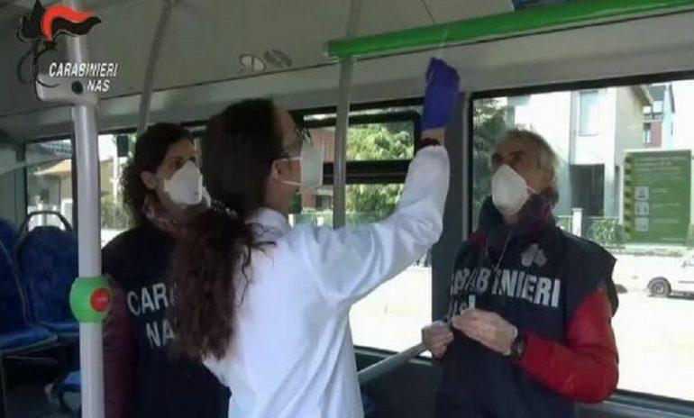 Coronavirus, controlli dei Nas sui mezzi di trasporto pubblico: 26 positivi tra bus e treni locali