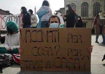 """Torino, studenti di Infermieristica in piazza: """"Vaccinati contro il Covid, ma privati del tirocinio"""""""
