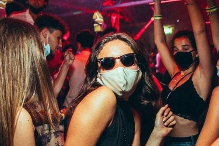 """Covid-19:""""Vaccinare i giovani direttamente all'ingresso della discoteca"""""""