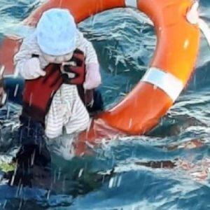 Crisi migranti a Ceuta: la foto del neonato salvato in mare da un militare fa il giro del mondo