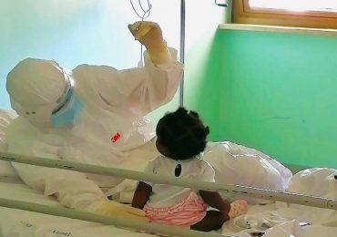Galatina (Lecce), le coccole dell'infermiera alla bimba ricoverata nel reparto Covid