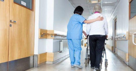 Lucca, infermieri e oss in fuga verso le strutture pubbliche: Rsa vicine al collasso