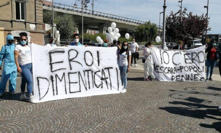 """Pescara, ex oss in piazza: """"Siamo eroi dimenticati e disoccupati"""""""