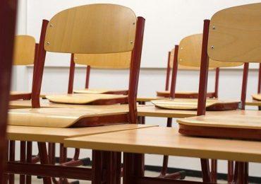 Studente rifiuta mascherina in classe e si lega al banco: portato via con 118