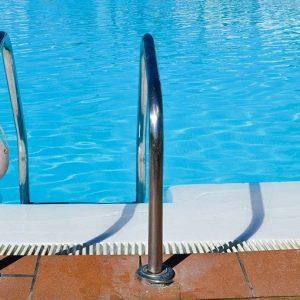 Studio norvegese: coronavirus non resiste oltre 20-30 secondi in piscina