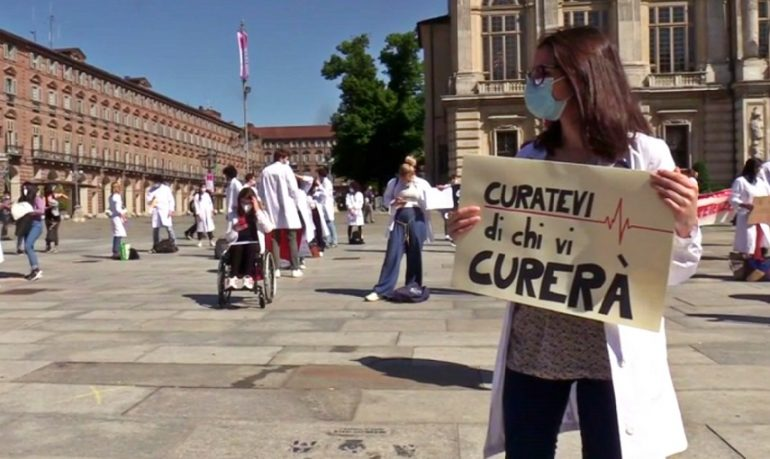 Torino, #curatevidichivicurerà: la protesta dei futuri medici contro i tirocini online