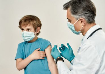 Covid-19: 638.000 casi in Italia tra gli adolescenti. Giusto vaccinare anche loro