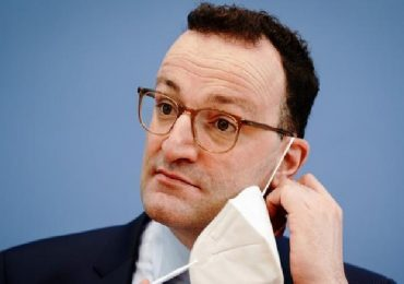 Germania, ministro della Salute nella bufera: mascherine anti-Covid difettose a senzatetto e disabili