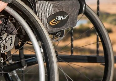 Raddrizzata schiena di donna su sedia a rotelle, torna a camminare