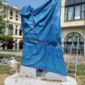 Un monumento in onore degli infermieri, vera e unica fanteria anti Covid-19