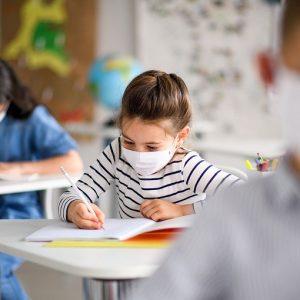 Coronavirus, pediatri Usa raccomandano uso mascherina a scuola per bimbi da due anni in su