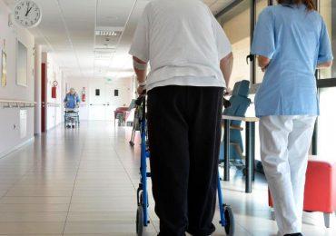 Non arriva il cambio a fine turno: infermiera lavora per oltre 16 ore consecutive in RSA