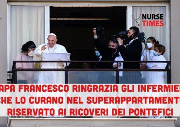 Papa Francesco ringrazia gli infermieri che si prendono cura di lui nell'appartamento riservato del Policlinico Gemelli