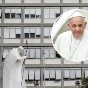 """Papa Francesco sta bene: """"Intervento durato 3 ore. Degenza di 7 giorni"""""""
