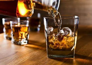 Studio ESC 2021: Il consumo di alcol nei giovani adulti è associato all'invecchiamento precoce dei vasi sanguigni