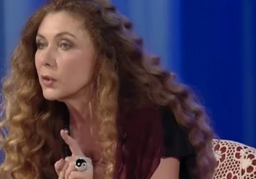 """Coronavirus, la profezia di Eleonora Brigliadori: """"Ecco cosa accadrà a chi si vaccina"""""""