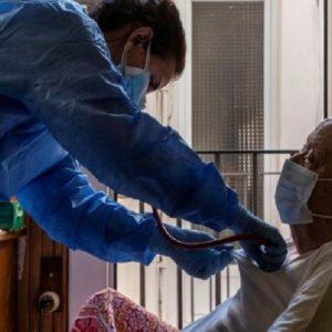 Coronavirus, quanto è difficile stabilire le responsabilità delle stragi in Rsa: i casi agli antipodi di Mediglia (Milano) e Vercelli
