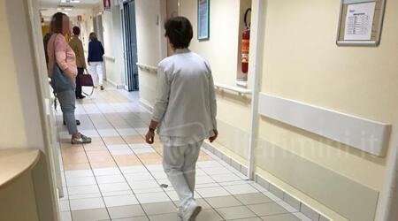 Rimini: paziente sieropositivo si rimuove agocannula contaminando infermiere con il proprio sangue. Denunciato a piede libero