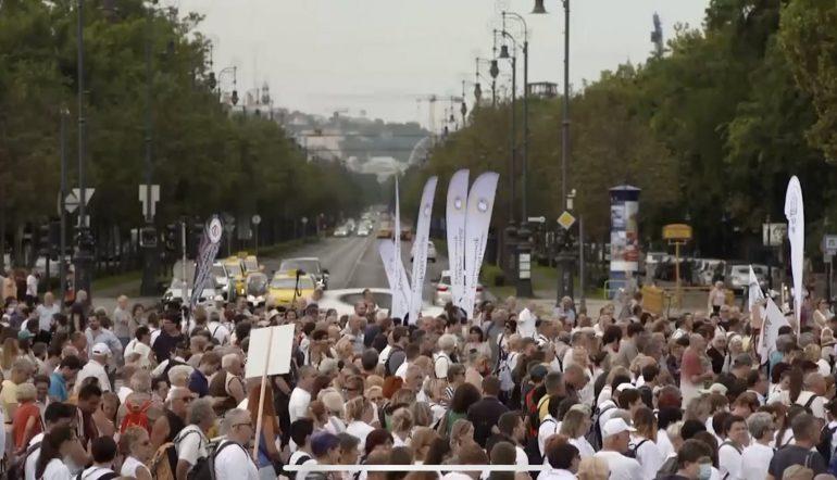 Ungheria: migliaia di infermieri in piazza per protestare contro bassi stipendi e carenza di personale