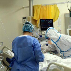 Cura il Covid-19 con  le cure alternative su YouTube: ora è ricoverato in gravi condizioni