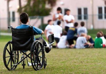 Milano, la storia del ragazzo disabile privato dell'assistenza infermieristica: a scuola lo segue la mamma