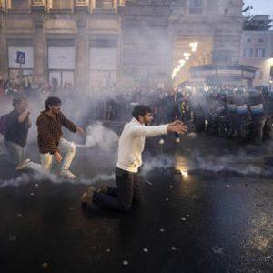 Trenta NoGreenPass devastano il PS per salvare un protestante dalle cure mediche: infermiera colpita in testa con una bottiglia